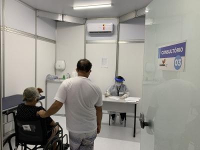 Antes de realizar o teste rápido para a Covid-19, usuária passa por triagem médica